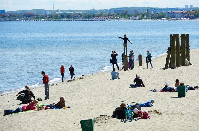 Słoneczna pogoda przyciągnęła spacerowiczów nad morze w Gdyni Orłowie /Adam Warżawa /PAP
