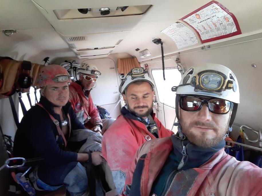Słowaccy ratownicy na pokładzie śmigłowca /Horska Zachranna Sluzba /