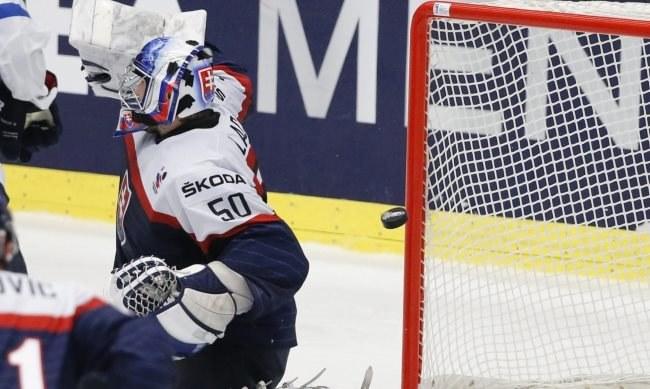 Słowacki bramkarz Jan Laco przepuszcza krążek do bramki podczas meczu z Finlandią /AFP