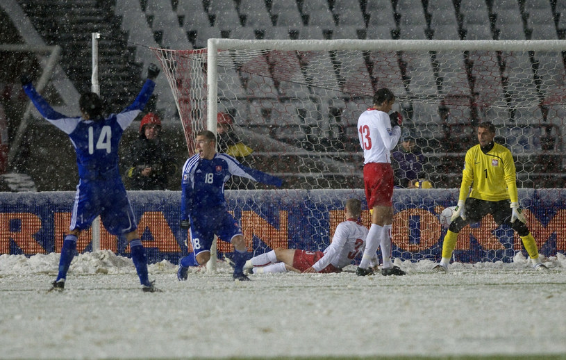 Słowacy cieszą się po samobójczym golu Seweryna Gancarczyka (leży) /AFP/EAST NEWS /East News