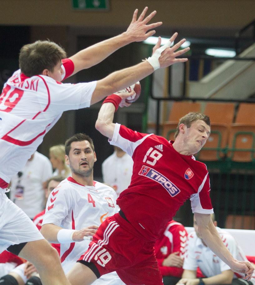 Słowak Lubomir Duris w ataku podczas meczu z Polską /Andrzej Grygiel /PAP