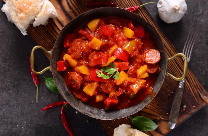 """Słowo """"leczo"""" pochodzi z obszaru północnych Węgier. Mieszkańcy tego regionu tak określali połączenie papryki i pomidorów. Aby wydobyć jak najwięcej smaku z tej potrawy, należy dusić warzywa tak długo, aż częściowo się rozpadną /123RF/PICSEL"""