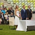 Ślub, jakiego jeszcze nie było. Przysięgę małżeńską złożyli na murawie stadionu
