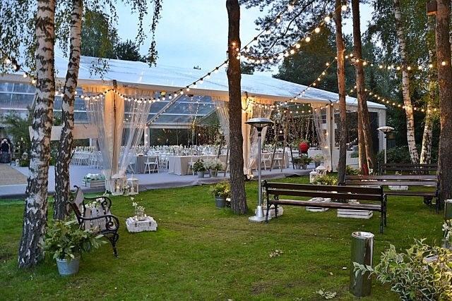 Ślub w plenerze wymaga zbudowania infrastruktury /Rajt Hale namiotowe i wyposażenie /materiały prasowe