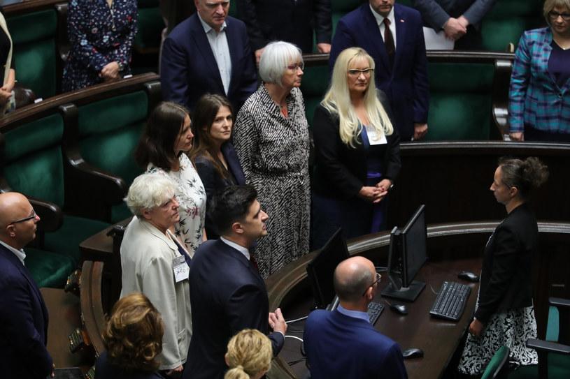 Ślubowanie przed Sejmem złożyło siedmiu członków tej komisji. /Piotr Molecki /East News