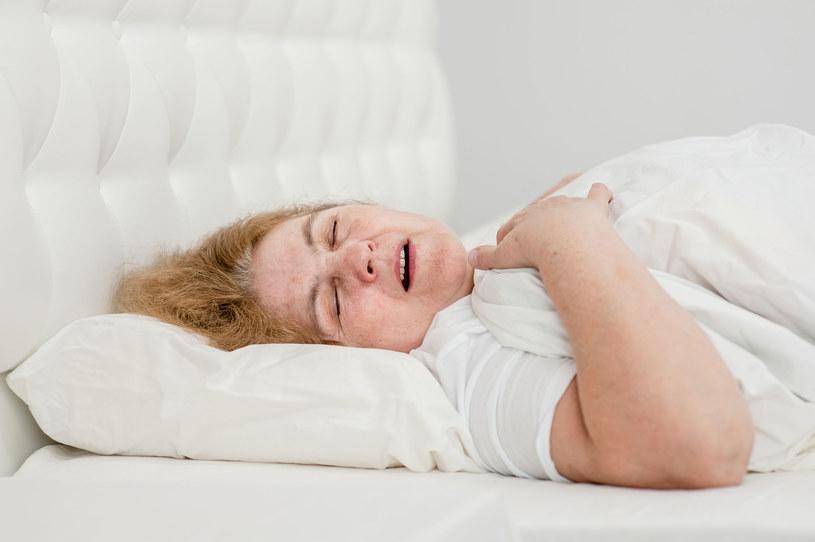 Słuchanie muzyki przed snem, nawet tej wyciszającej, może nam przeszkodzić w wypoczynku /123RF/PICSEL