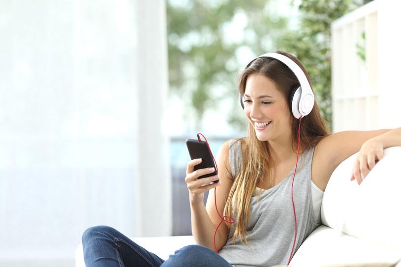 Słuchanie muzyki zwiększa kreatywność /123RF/PICSEL