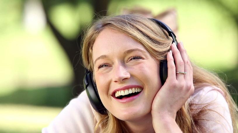 słuchanie muzyki /© Photogenica