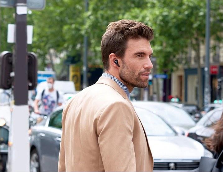 Słuchawki LG TONE Free FN7 doskonale sprawdzają się do rozmów telefonicznych i słuchania podcastów /materiały promocyjne