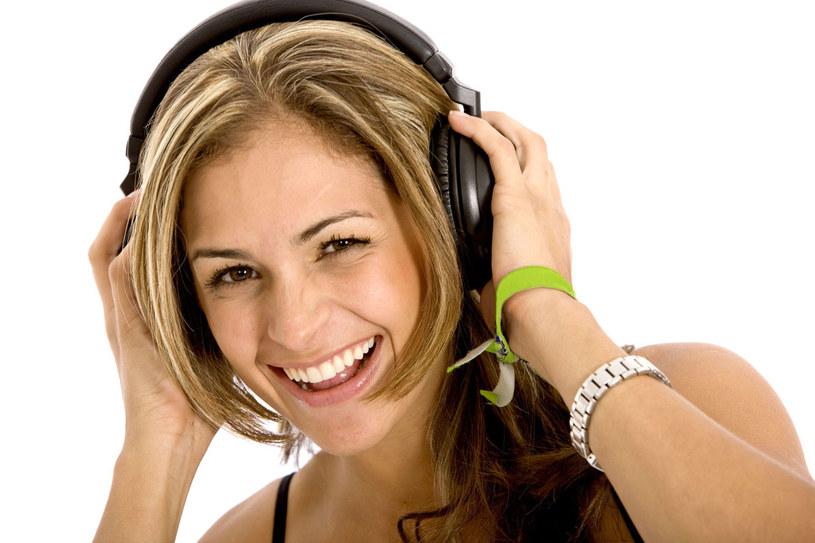 Słuchawki nauszne są lepsze niż douszne, ale głośność można ustawiać maksymalnie na 60 procent mocy /123RF/PICSEL