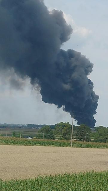 Słup czarnego dymu unosi się nad płonącym składowiskiem w Głogowie k. Torunia /Gorąca Linia RMF FM /