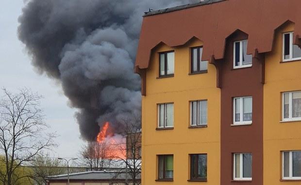 """""""Słup ognia jest na 5 metrów"""". Płonęła hala w Dąbrowie Górniczej"""