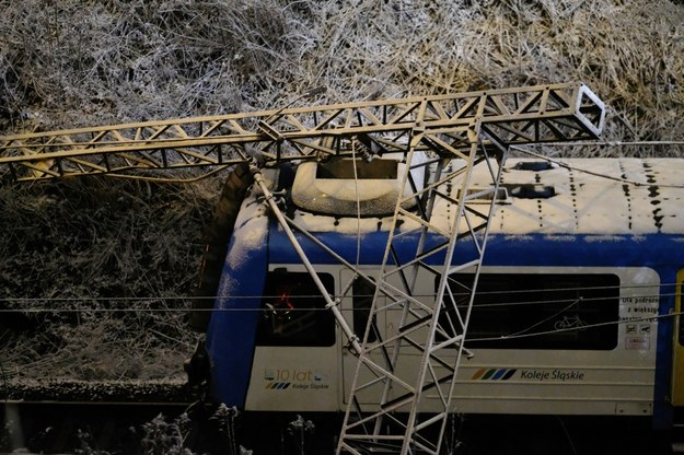 Słup trakcji kolejowej przewrócony na pociąg pasażerski w rejonie ul. Poznańskiej w Chorzowie /Andrzej Grygiel /PAP