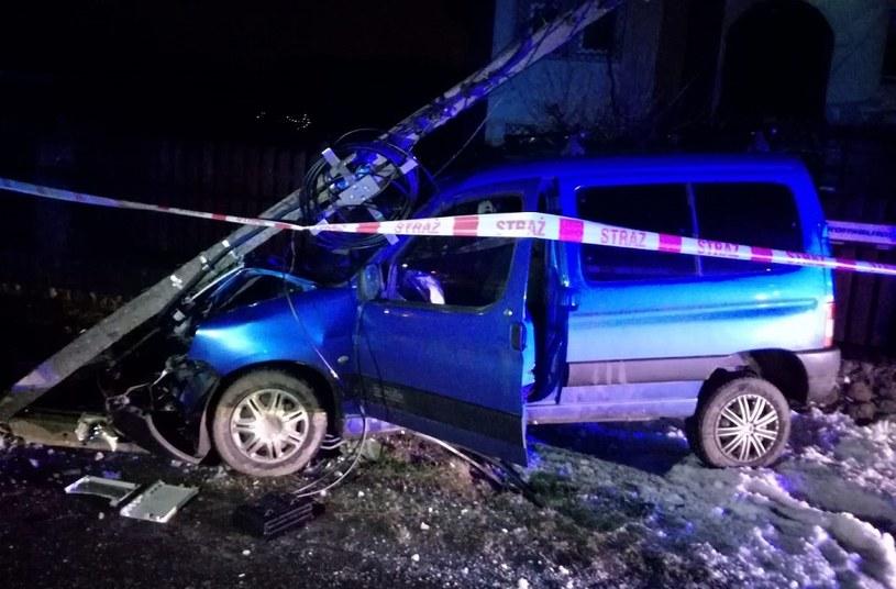 Słup upadł, zerwana została sieć elektryczna /Policja