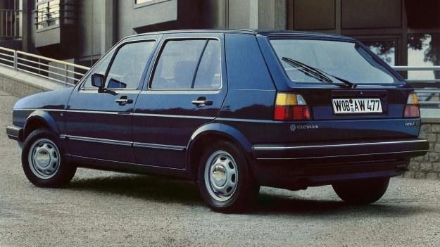 Słupki tylne wypadły dość szerokie, ale one właśnie zapewniali sztywność w samochodzie z klapą tylną. /Volkswagen