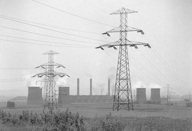 Słupy linii elektroenergetycznej. W tle widoczna elektrownia Turów /Z archiwum Narodowego Archiwum Cyfrowego