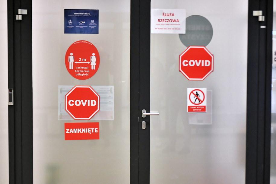 Śluza z naklejkami informującymi o zagrożeniu na terenie szpitala tymczasowego na Stadionie Narodowym w Warszawie /Andrzej Lange /PAP