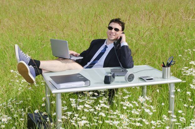 Służbowy laptop i telefon na urlopie nie zapewnią udanego wypoczynku /© Panthermedia