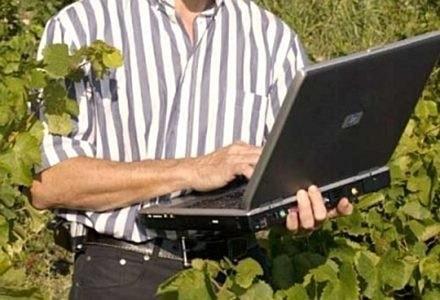 Służbowy laptop może posłużyć do kradzieży poufnych danych firmowych /AFP