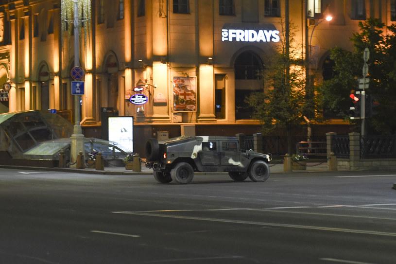 Służby bezpieczeństwa używają nawet wojskowych amerykańskich Humvee /Getty Images