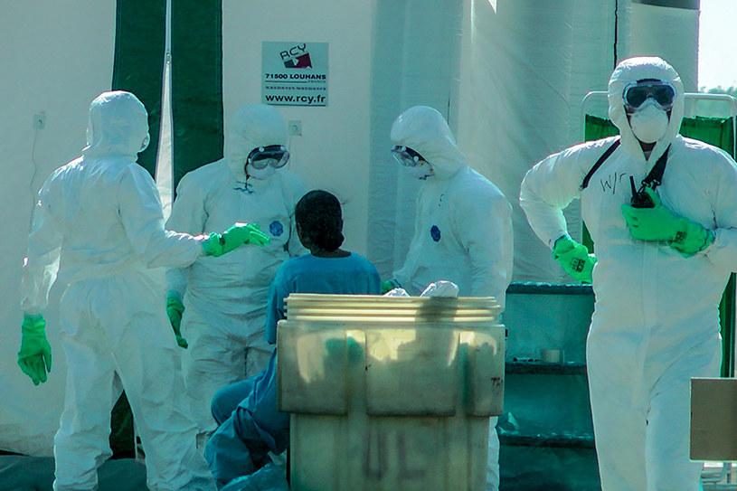 Służby medyczne badają pacjenta; zdj. ilustracyjne /AFP