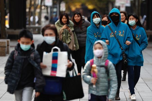 Służby medyczne Hongkongu poinformowały tymczasem w poniedziałek o wykryciu nowego koronawirusa u kolejnych trzech osób /RITCHIE B. TONGO /PAP/EPA