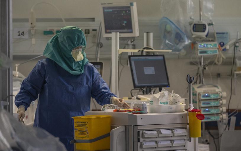 Służby medyczne w jednym z portugalskich szpitali /Horacio Villalobos#Corbis/Corbis /Getty Images