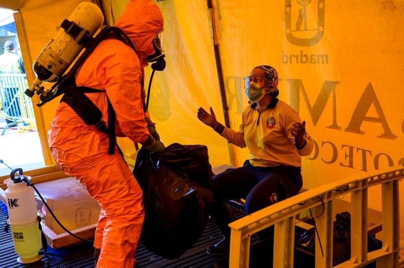 Służby medyczne w strojach ochronnych, Madryt /PIERRE-PHILIPPE MARCOU / AFP /AFP