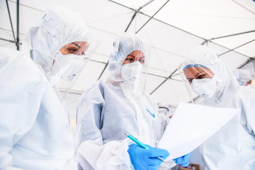 Służby medyczne w strojach ochronnych, zdjęcie ilustracyjne /Mateusz Słodkowski /Getty Images