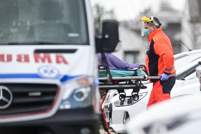 Służby medyczne z pacjentem z podejrzeniem SARS-CoV-2, zdjęcie ilustracyjne /Mateusz Slodkowski/SOPA Images/LightRocket /Getty Images