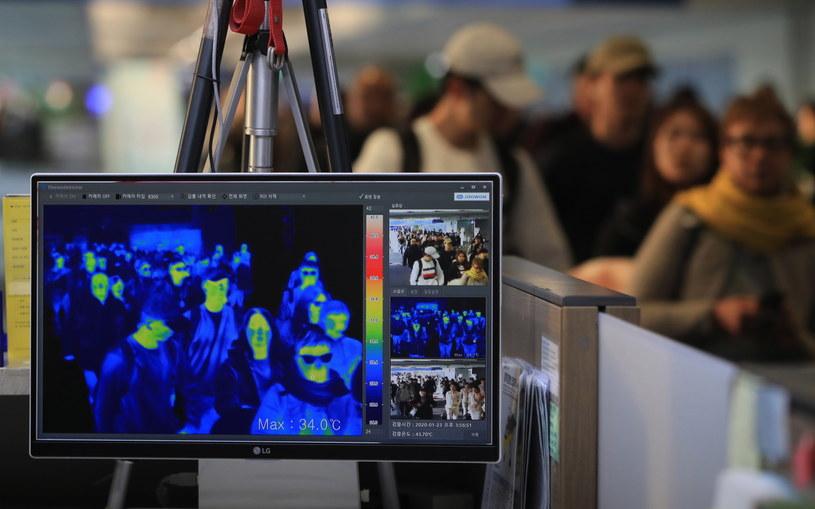 Służby na lotniskach starają się szukać ewentualnych zakażonych, badając temperaturę ich ciał. /YONHAP   /PAP/EPA