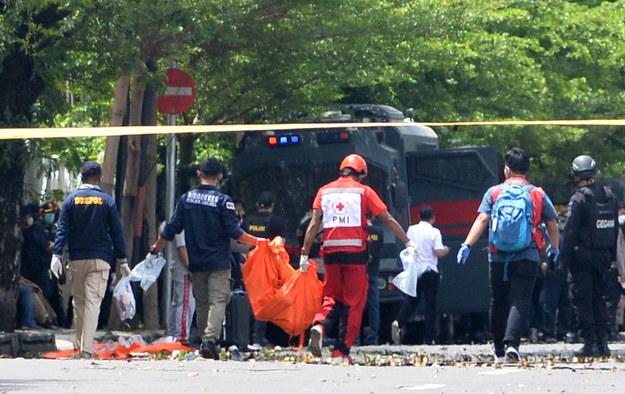 Służby na miejscu eksplozji przed katedrą /DAENG MANSUR /PAP/EPA