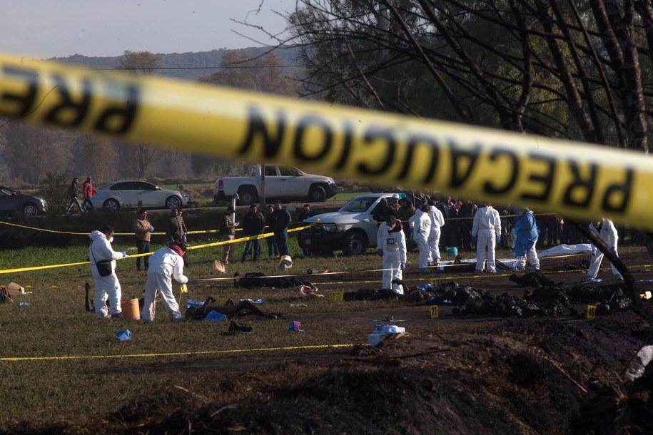 Służby na miejscu eksplozji ropociągu /MLA /PAP/EPA