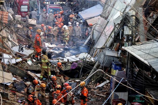 Służby na miejscu katastrofy budowlanej /Antonio Lacerda /PAP/EPA