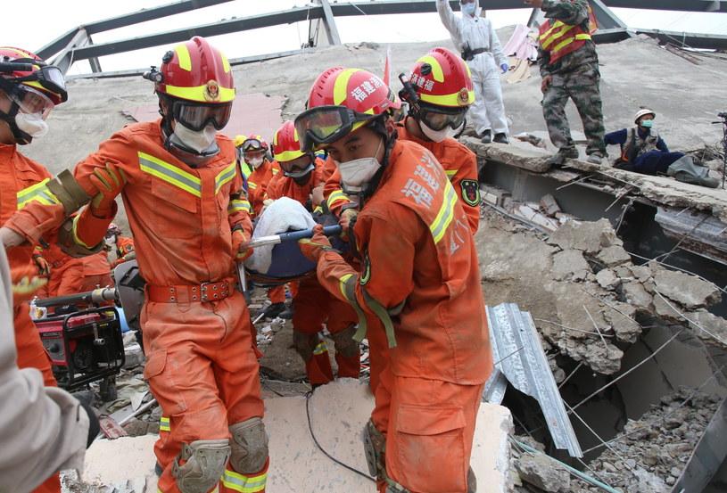 Służby na miejscu katastrofy /XIAO FAN /PAP/EPA