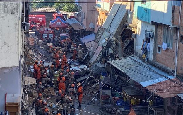 Służby na miejscu katastrofy /Antonio Lacerda /PAP/EPA