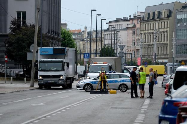 Służby na miejscu śmiertelnego wypadku u zbiegu ulic Mickiewicza i Stawowej w ścisłym centrum Katowic /Hanna Bardo /PAP