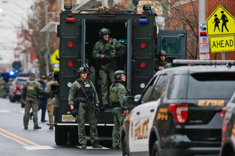 Służby na miejscu strzelaniny /Assosiated Press /East News