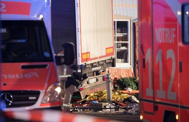 Służby na miejscu tragedii w Berlinie /MICHAEL KAPPELER /PAP/EPA
