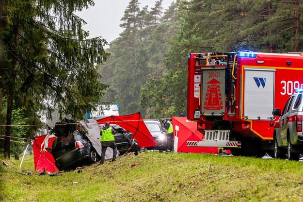 Służby na miejscu wypadku /Marcin Onufryjuk /PAP