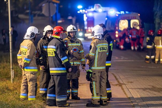 Służby na miejscu zderzenia busa z pociągiem na niestrzeżonym przejeździe kolejowym w miejscowości Miękowo /Jakub Kaczmarczyk   /PAP
