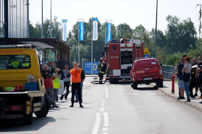 Służby na parkingu centrum budowlanego w Sosnowcu, gdzie w sobotę doszło do wybuchu butli z gazem. / Andrzej Grygiel    /PAP