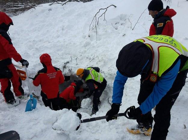 Służby obawiają się zejścia kolejnych zwałów śniegu z gór /ITALIAN MOUNTAIN RESCUE /PAP/EPA