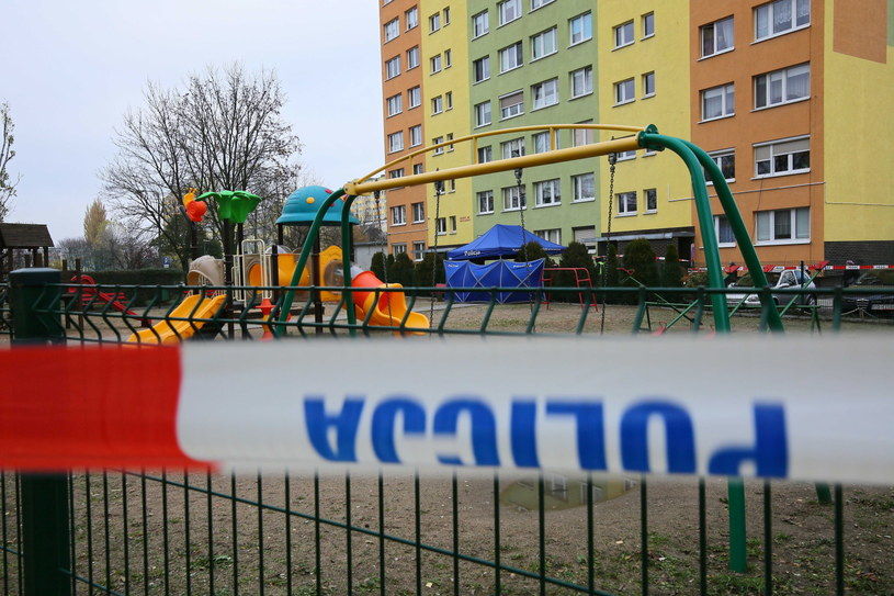 Służby policyjne pracujące na miejscu śmiertelnego postrzelenia 21-latka przez policjanta /Tomasz Wojtasik /PAP