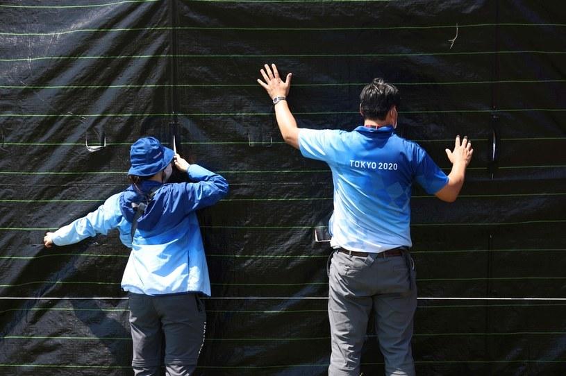 Służby porządkowe zasłaniają miejsce tragedii /AFP