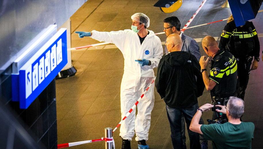 Służby pracują na miejscu ataku w Amsterdamie / REMKO DE WAAL    /PAP/EPA