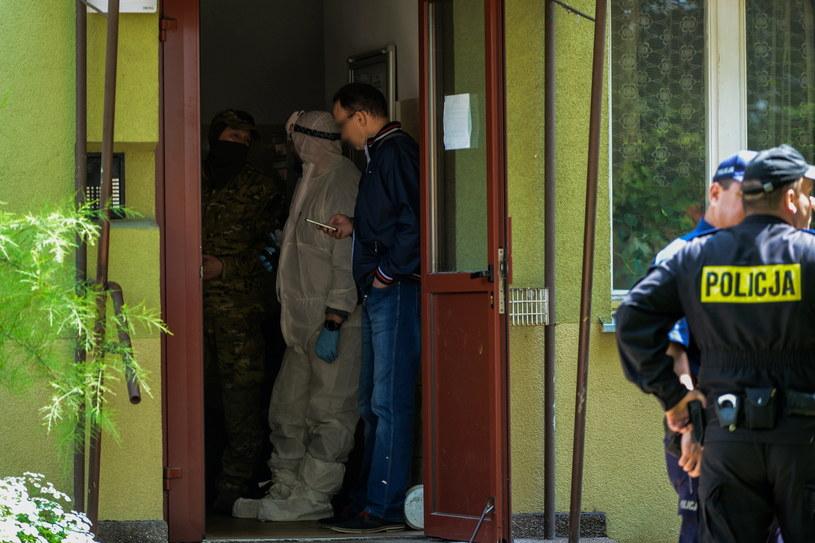 Służby przed blokiem w warszawskim Ursusie gdzie doszło do eksplozji /Jakub Kamiński   /PAP