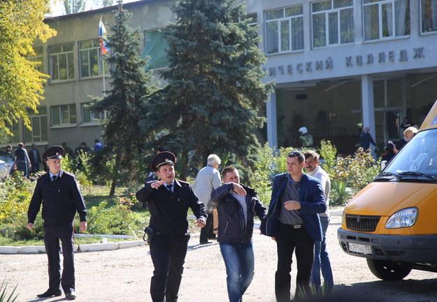 Służby przed budynkiem szkoły w Kerczu /KERCH.FM /PAP/EPA