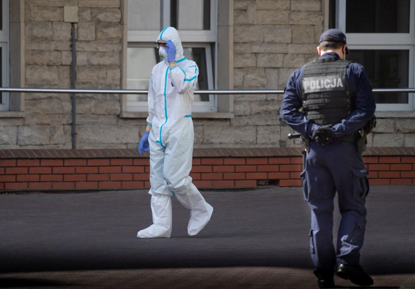 Służby przed Centralnym Szpitalem Klinicznym MSWiA w Warszawie /Jacek Dominski/ /Reporter