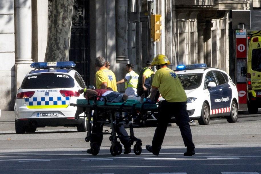 Służby przewożą mężczyznę rannego w zamachu terrorystycznym. /QUIQUE GARCIA /PAP/EPA